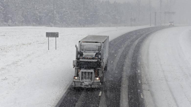 Κακοκαιρία «Ηφαιστίων»: Απαγόρευση της κυκλοφορίας των φορτηγών λόγω χιονιά