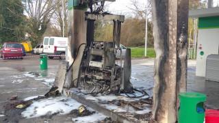 Κέρκυρα: Αυτοκίνητο έπεσε σε αντλία βενζινάδικου και τυλίχθηκε στις φλόγες