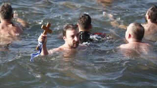 Θεοφάνεια 2020 - Θεσσαλονίκη: Βούτηξαν στα παγωμένα νερά του Θερμαϊκού για να πιάσουν τον σταυρό