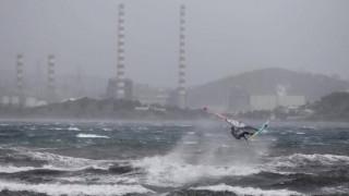 Τολμηρός σέρφερ «δαμάζει» τα κύματα στο Λαύριο