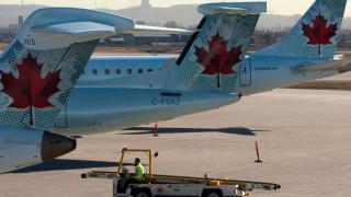 Αεροσκάφος χάνει τον τροχό του κατά την απογείωση και επιβάτης καταγράφει τη στιγμή