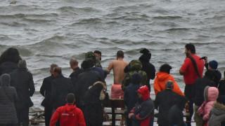 Θεοφάνεια 2020 - Χανιά: Βούτηξε για το σταυρό και χρειάστηκε ναυαγοσώστη