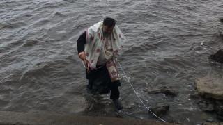 Θεοφάνεια 2020 - Φθιώτιδα: Δεν βούτηξε κανένας στα νερά και έπεσε ο ιερέας για το σταυρό