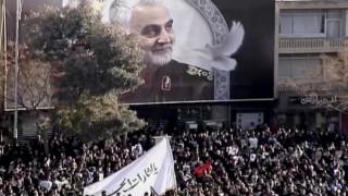 Δολοφονία Σουλεϊμανί:Χιλιάδες οργισμένοι Ιρανοί συρρέουν στη γενέτειρα του υποστράτηγου για την ταφή