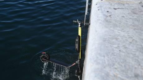 Εικόνες ντροπής στον Θερμαϊκό: «Ψάρεψαν» 50 ηλεκτρικά πατίνια από τη θάλασσα