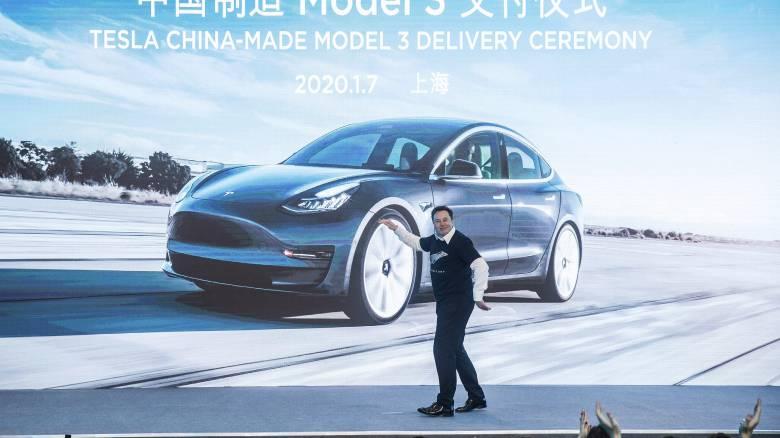 Ίλον Μασκ: Εγκαινίασε το κινεζικό εργοστάσιο της Tesla... χορεύοντας