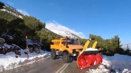Επιμένουν τα χιόνια στην Πάρνηθα: Κλειστός ο δρόμος από το τελεφερίκ και πάνω