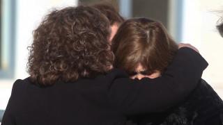 Η αγκαλιά της Μάγδας Φύσσα στη μητέρα της Ελένης Τοπαλούδη