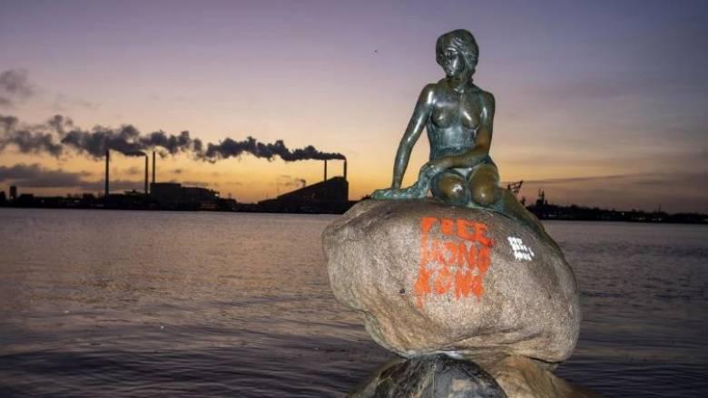 «Ελευθερώστε το Χονγκ Κονγκ» - Βανδάλισαν το διάσημο άγαλμα της «Μικρής Γοργόνας» στη Δανία