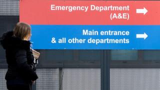 Ασθενείς σε ράντζα, διαδρόμους ή στο... πάτωμα – Εξουθενωμένοι γιατροί και νοσηλευτές στο NHS
