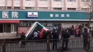 Κίνα: Τρύπα στην άσφαλτο «κατάπιε» λεωφορείο – Νεκροί και τραυματίες