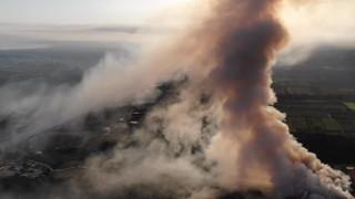 «Πνίγεται» η Κόρινθος: Βίντεο drone από τη μεγάλη φωτιά στο εργοστάσιο