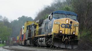 ΗΠΑ: Καρέ - καρέ η στιγμή που τρένο χτυπάει αστυνομικό