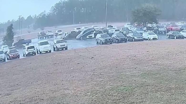 Τρομακτικό βίντεο: Ανεμοστρόβιλος σηκώνει αυτοκίνητα στον αέρα