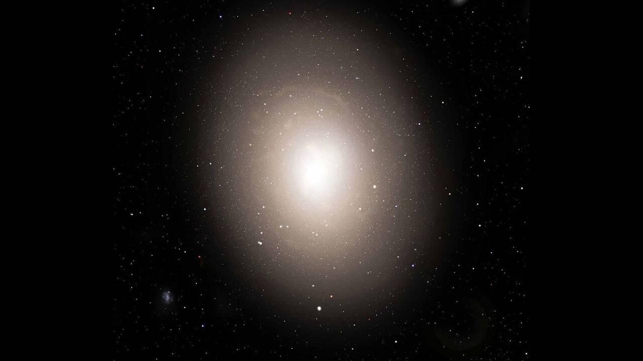 Ο μεγαλύτερος γαλαξίας  IC 1101. Είναι τουλάχιστον 50 φορές μεγαλύτερος και με μάζα 2.000 φορές μεγαλύτερη από το δικό μας γαλαξία (που έχει έκταση περίπου 100.000 ετών φωτός, έναντι 5,5 εκατομμυρίων ετών φωτός του IC 1101).