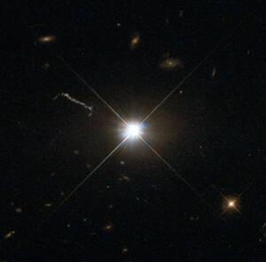 Η μεγαλύτερη ομάδα κβάζαρ Huge-LQG. Εκτείνεται σε απόσταση τεσσάρων δισεκατομμυρίων ετών φωτός και περιέχει 73 κβάζαρ (υπερδραστήριες και υπερφωτεινές μαύρες τρύπες σε κέντρα γαλαξιών) με μάζα ασύλληπτα μεγαλύτερη του Ήλιου μας (ο αριθμός 6,1 επί 18 μηδε