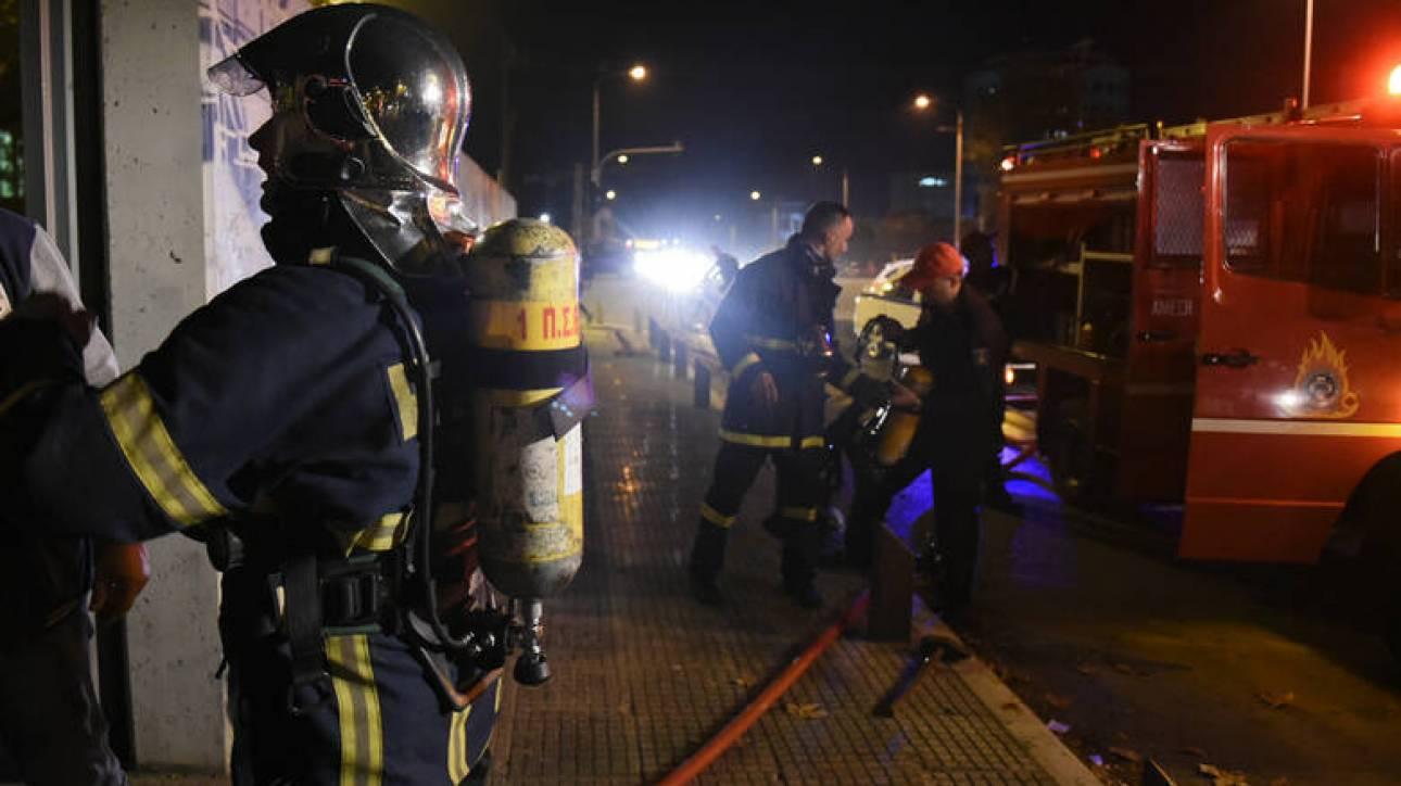 Γλυφάδα: Στις φλόγες τυλίχθηκαν τρία αυτοκίνητα αντιπροσωπείας
