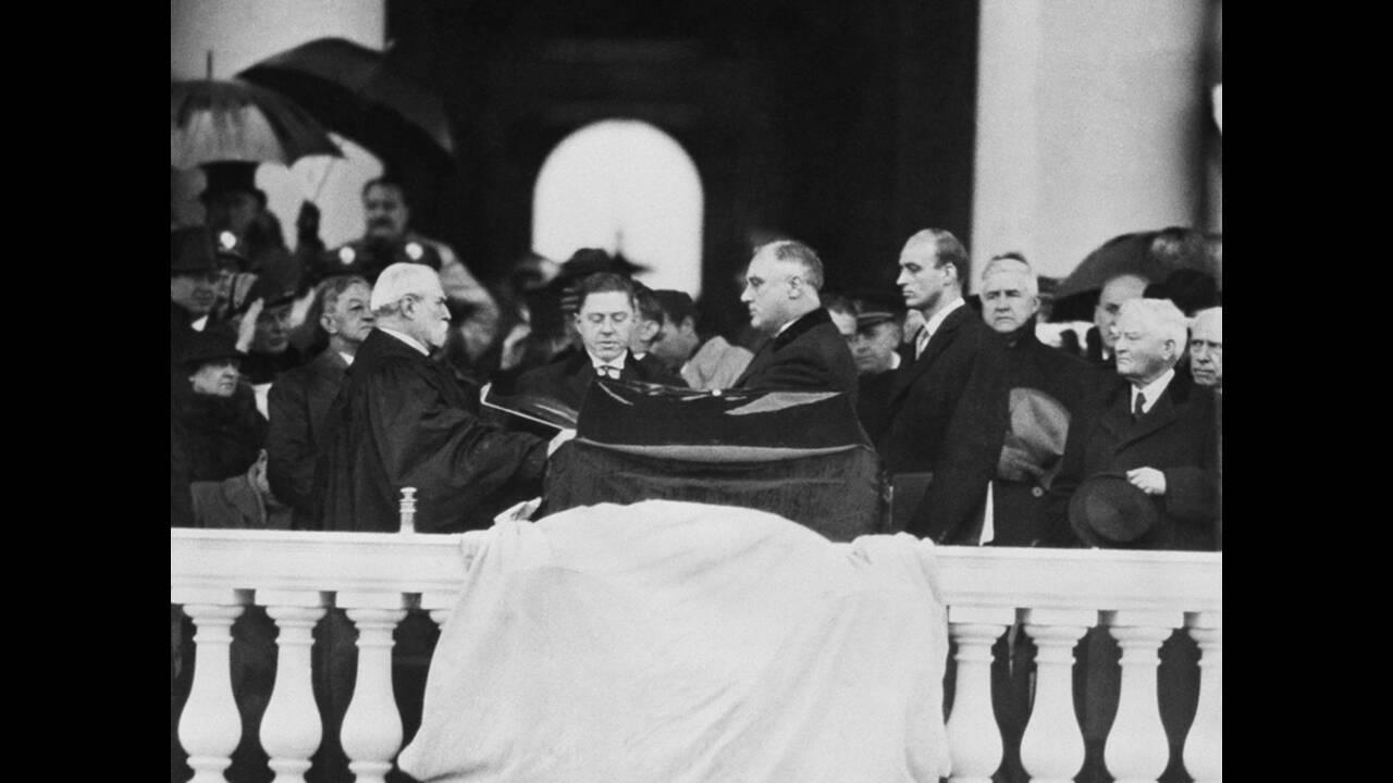 1937, Ουάσινγκτον. Ο Πρόεδρος των ΗΠΑ, Φράνκλιν Νταλάνο Ρούσβελτ ορκίζεται, καθώς ξεκινάει η δεύτερη θητεία του.