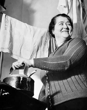 1939, Λονδίνο. Η Μπρίτζετ Χίλτερ, μια νοικοκυρά από την Ιρλανδία, έγινε διάσημη επειδή παντρεύτηκε τον ετεροθαλή αδελφό του Αδόλφου Χίτλερ, Αλόις. Οι δύο τους ζουν στο Λονδίνο και δεν έχουν καμία επαφή με τον αδελφό του συζύγου της.