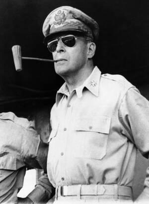 1945, Φιλιππίνες. Ο στρατηγός Ντάγκλας ΜακΆρθουρ, καπνίζει τη χαρακτηριστική πίπα του, εν πλω προς τις Φιλιππίνες, στις οποίες επιστρέφει μετά από τρία χρόνια ιαπωνικής κατοχής των νησιών.