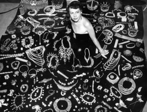 1951, Καλιφόρνια. Η Τζόαν Κάστλ Τζόζεφ είναι η γυναίκα με τη μεγαλύτερη συλλογή κοσμημάτων στον κόσμο. Στην κατοχή της βρίσκονται περισσότερα από δύο εκατομμύρια κομμάτια και η ίδια έχει κάνει επάγγελμα την ενοικίασή τους σε στούντιο του Χόλιγουντ, που τα