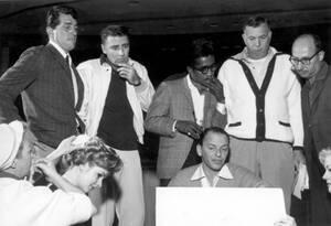 1960, Λας Βέγκας. Ο Ντίν Μάρτιν (όρθιος αριστερά), ο Σάμι Ντέιβις τζούνιορ (κέντρο) και ο Φρανκ Σινάτρα (καθιστός), σε πρόβα στο ξενοδοχείο Σαντς στο Λας Βέγκας.