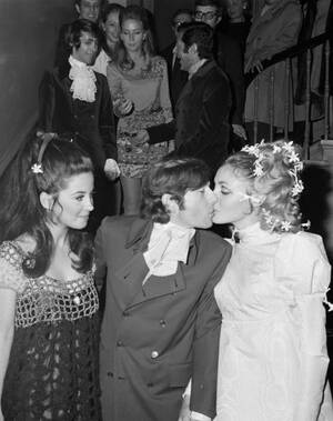 1968, Λονδίνο. Ο Πολωνός σκηνοθέτης Ρόμαν Πολάνσκι φιλάει την ηθοποιό Σάρον Τέιτ, μετά το γάμο τους που έγινε στο Τσέλσι, στο Λονδίνο.