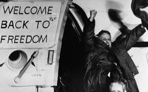 1981, Φρανκφούρτη. 52 Αμερικανοί που κρατούντο επί 444 μέρες ως όμηροι στην αμερικανική πρεσβεία στην Τεχεράνη, αποβιβάζονται στην αεροπορική βάση των ΗΠΑ έξω από τη Φρανκφούρτη.