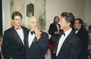 1987, Νέα Υόρκη. Ο ηθοποιός Τομ Κρουζ, ο παραγωγός και σκηνοθέτης Ελία Καζάν και ο ηθοποιός Ντάστιν Χόφμαν, στο ξενοδοχείο Waldorf Astoria της Νέας Υόρκης, σε εκδήλωση προς τιμήν του Καζάν.