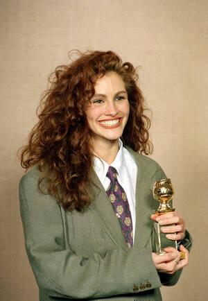 """1990, Καλιφόρνια. Η ηθοποιός Τζούλια Ρόμπερτς κρατάει τη Χρυσή Σφαίρα που κέρδισε για την ερμηνεία της στην ταινία  """"Pretty Woman""""."""
