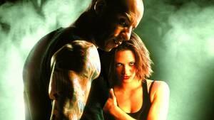 xXx: Ο Απόλυτος Πράκτορας (2002). Ένας κασκαντέρ, υπεύθυνος για τα γυρίσματα που γίνονταν με «παρά πέντε» σκοτώθηκε στα γυρίσματα της ταινίας. Η σκηνή απαιτούσε από τον ήρωα να περάσει κάτω από μια γέφυρα και υπάρχει στην ταινία, ενώ κόβεται ακριβώς τη στ