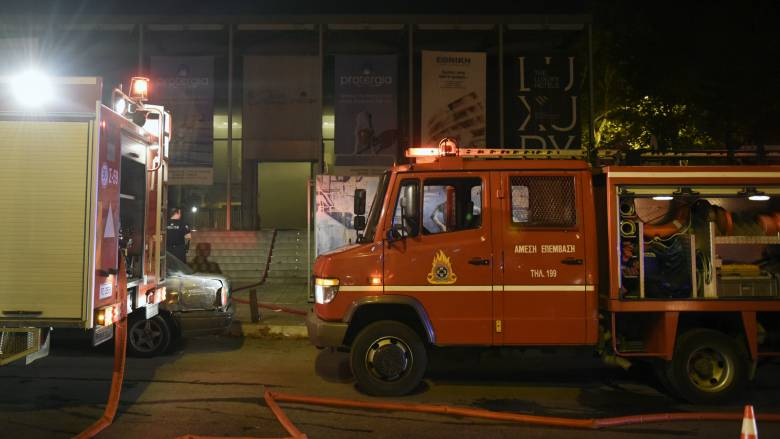Φωτιά σε σπίτι στη Γλυφάδα - Απεγκλωβίστηκαν τρία άτομα