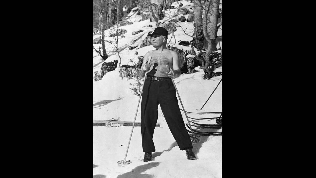 1937, ιταλικές Άλπεις. Ο Ιταλός δικτάτορας, Μπενίτο Μουσολίνι, απολαμβάνει τις χειμερινές του διακοπές σε θέρετρο των ιταλικών Άλπεων.