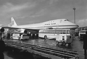 1970, Νέα Υόρκη. Το νέο αεροσκάφος Boeing 747 της Pan Am, στο αεροδρόμιο του Χίθροου, μετά το παρθενικό του ταξίδι από τη Νέα Υόρκη.