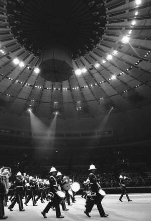 1976, Νέα Υόρκη. Η μπάντα των Πεζοναυτών της Μεγάλης Βρετανίας παρελαύνει στη Νέα Υόρκη, για να τιμήσει τα 200 χρόνια της ανεξαρτησίας των ΗΠΑ. Η μπαντα, μαζί με άγημα 150 Βρετανών πεζοναυτών έλαβαν μέρος τους εορτασμους σηματοδοτώντας και την πρώτη συνύπ