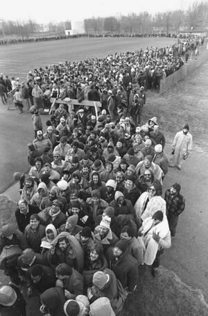 1983, Πενσιλβάνια. Πάνω από 2.500 άνθρωποι στέκονται στην ουρά έξω από ένα εργοστάσιο, προκειμένου να κάνουν αίτηση για μια θέση εργασίας. Η ανεργία έχει φτάσει στις ΗΠΑ σε ιστορικά επίπεδα, τα μεγαλύτερα μετά τη μεγάλη κρίση του 1929.
