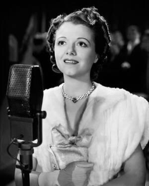 Η Τζάνετ Γκέινορ, η Τζούντι Γκάρλαντ και η Lady Gaga ήταν και οι τρεις υποψήφιες για τον πρωταγωνιστικό ρόλο στο «Ένα Αστέρι Γεννιέται» του 1937, του 1954 και του 2018 αντίστοιχα. Δεν κέρδισε καμία - ενώ η Μπάρμπρα Στρέιζαντ που έπαιξε τον ίδιο ρόλο στο ρ