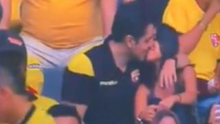 Viral απιστία: Πήγε να δει αγώνα ποδοσφαίρου και αποκαλύφθηκε ο κρυφός δεσμός του