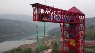 Οργή στην Κίνα: Υπεύθυνοι ενός πάρκου ανάγκασαν γουρούνι να κάνει bungee jumping