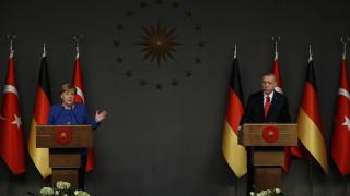 Ερντογάν σε Μέρκελ: Η Τουρκία δεν θα αφήσει αβοήθητο τον Σάρατζ
