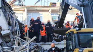 Ισχυρός σεισμός Τουρκία: Καρέ - καρέ οι έρευνες για τον εντοπισμό επιζώντων
