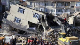 Ισχυρός σεισμός στην Τουρκία: «Μάχη» με τον χρόνο για τον εντοπισμό επιζώντων