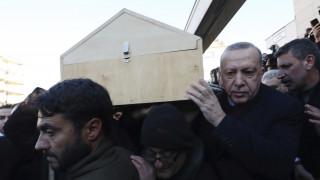 Σεισμός στην Τουρκία: Ο Ερντογάν στην κηδεία μητέρας και γιου που σκοτώθηκαν