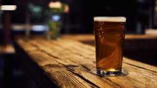 Google: Στα ύψη οι αναζητήσεις που αποδίδουν τη μετάδοση του κοροναϊού σε γνωστή… μπύρα