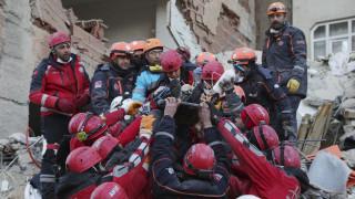 Σεισμός Τουρκία: Συγκλονιστικό βίντεο από τη διάσωση μητέρας - κόρης μετά από 28 ώρες στα χαλάσματα