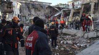 Σεισμός στην Τουρκία: «Σβήνει» η ελπίδα για επιζώντες – Ανασύρουν πτώματα στους -10 βαθμούς