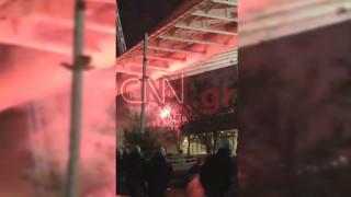 ΑΕΚ - Ολυμπιακός: Επεισόδια έξω από το ΟΑΚΑ - Έκαψαν περιπολικό