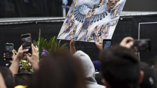 Κόμπι Μπράιαντ: Πλήθος κόσμου θρηνεί έξω από το Staples Center