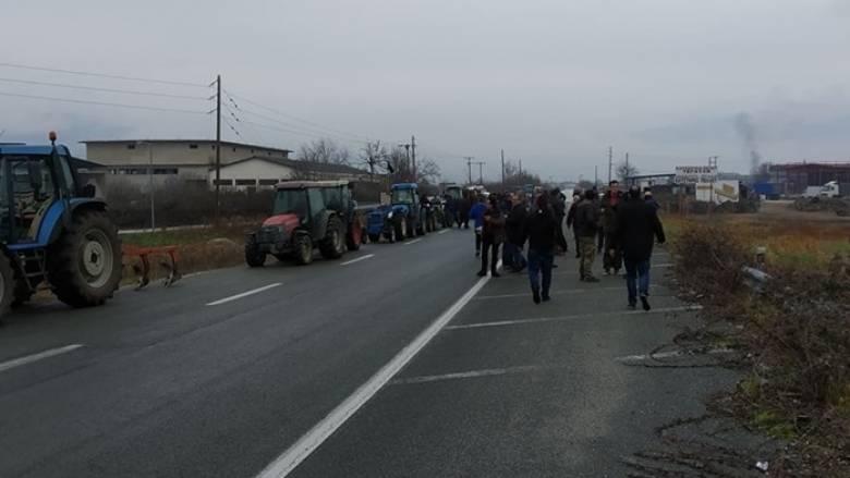 Έβγαλαν τα τρακτέρ στους δρόμους οι αγρότες - Στήνουν μπλόκα στη Λάρισα