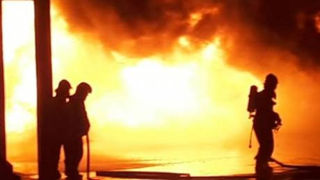 Μεγάλη φωτιά σε επιχείρηση στη Σίνδο
